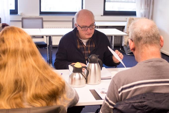 Drie collega's vergadering voor de Cliëntenraad MOB